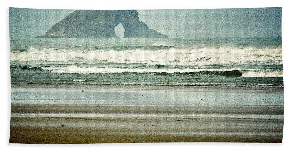 Seascape Bath Towel featuring the photograph Ninety Mile Beach by Dave Bowman