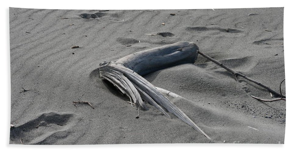 Beach Bath Towel featuring the photograph Northern Sands by Rick Monyahan