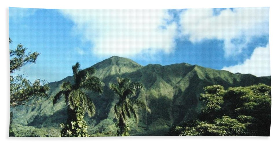 1986 Hand Towel featuring the photograph Nuuanu Pali by Will Borden