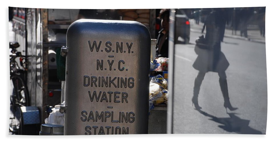 Street Scene Bath Towel featuring the photograph Nyc Drinking Water by Rob Hans