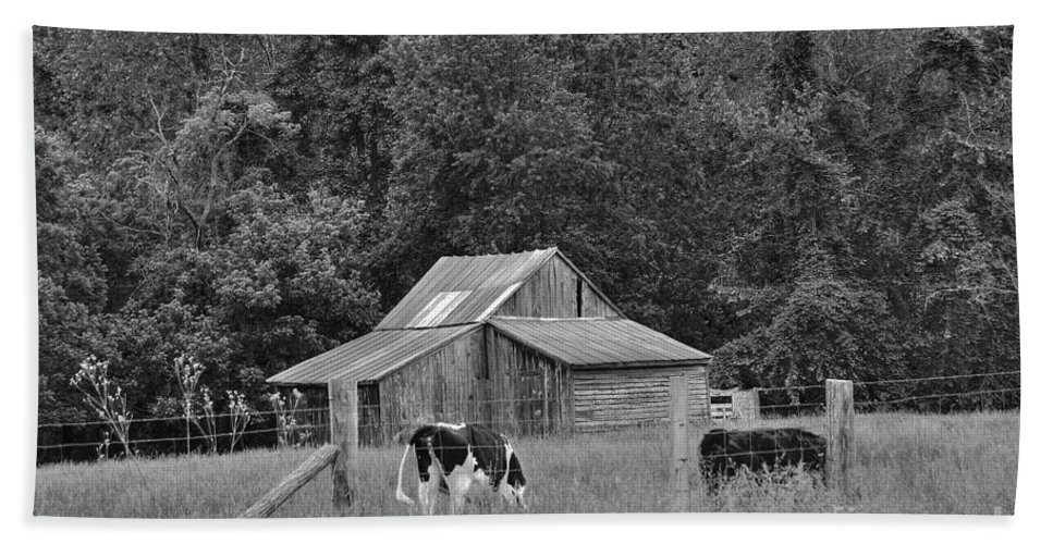 Barn Bath Sheet featuring the photograph Old Barn by Todd Hostetter