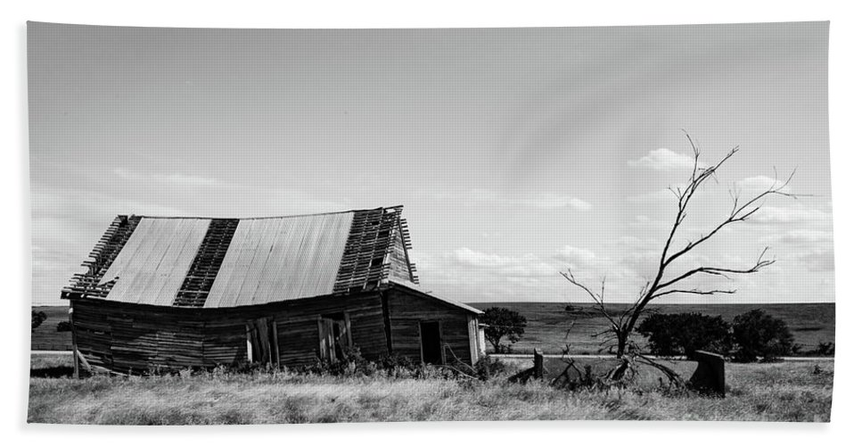 Lawton Daytime Hand Towel featuring the photograph Old Barn With Tree by George Lehmann