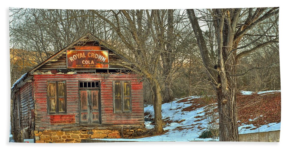Rockbridge County Hand Towel featuring the photograph Old Building by Todd Hostetter