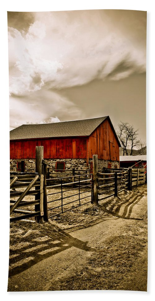 Americana Bath Towel featuring the photograph Old Country Farm by Marilyn Hunt