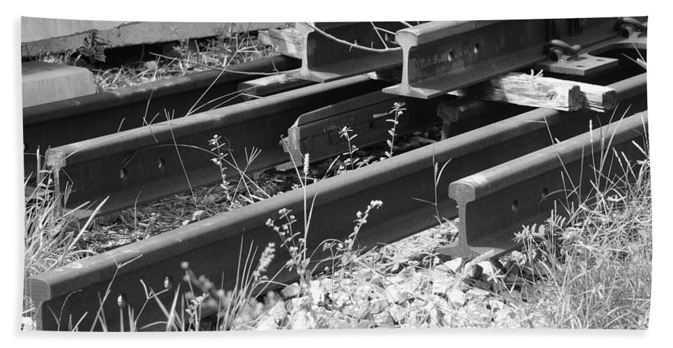 Black And White Bath Towel featuring the photograph Old Rails by Rob Hans