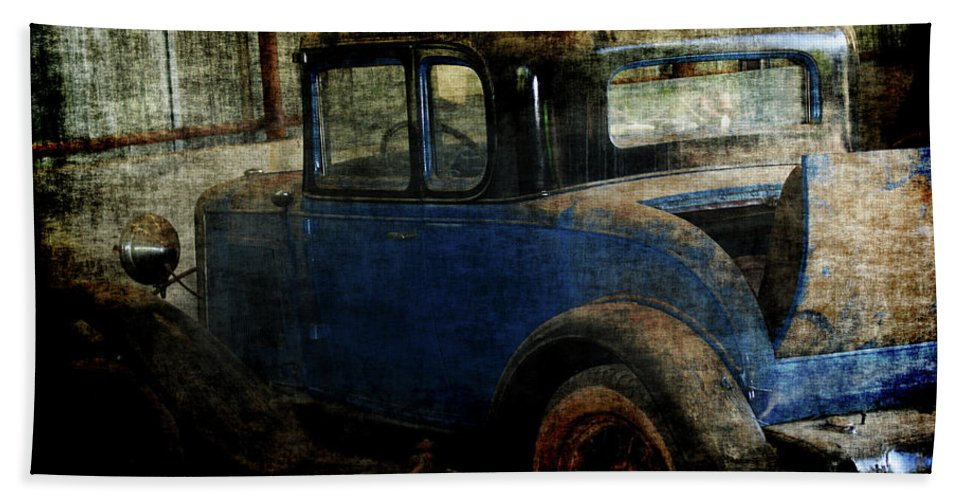 Old Cars Hand Towel featuring the photograph Oldie by Ernie Echols