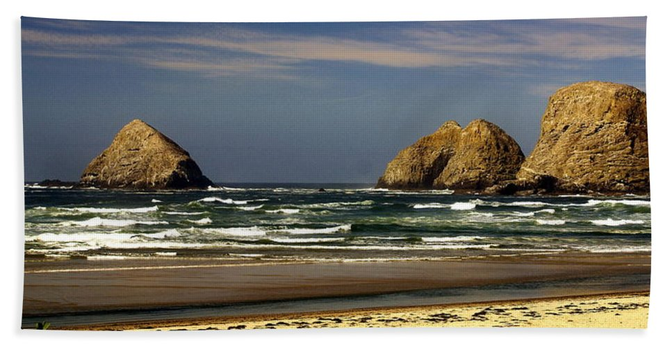 Hand Towel featuring the photograph Oregon Coast 14 by Marty Koch