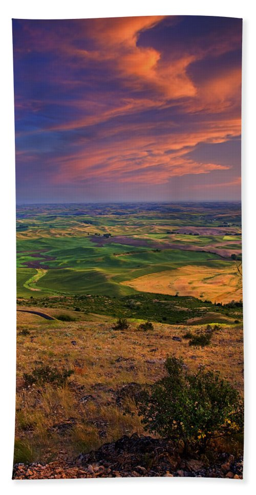Palouse Bath Towel featuring the photograph Palouse Skies Ablaze by Mike Dawson