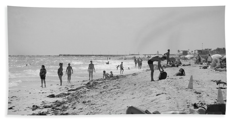 Black And White Bath Towel featuring the photograph Paradise Beach In Black And White by Rob Hans