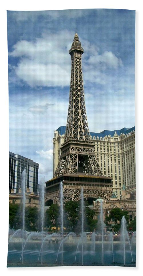 Pars Hotel Bath Towel featuring the photograph Paris Hotel And Bellagio Fountains by Anita Burgermeister