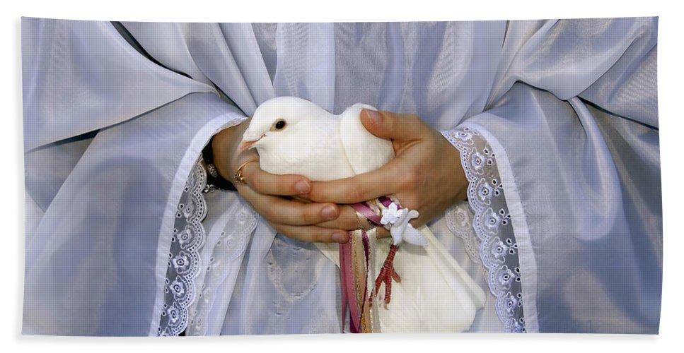 Peace Dove Bath Towel featuring the photograph Peace Dove by David Lee Thompson
