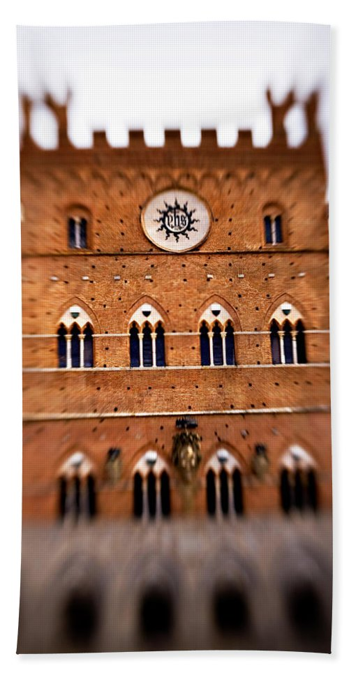 Piazza Del Campo Hand Towel featuring the photograph Piazza Del Campo Tuscany Italy by Marilyn Hunt