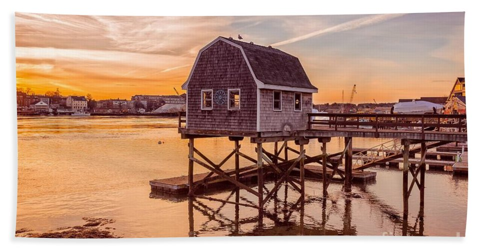 Lobster Bath Towel featuring the photograph Portsmouth Sunset by Edward Fielding