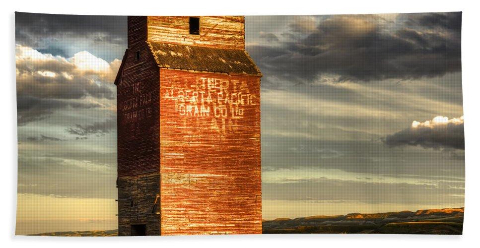 Canada Bath Towel featuring the photograph Prairie Sentinel by Wayne Sherriff