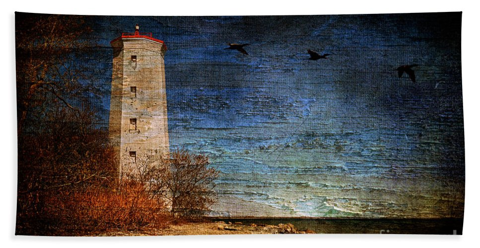 Lighthouse Bath Sheet featuring the photograph Presquile Lighthouse by Lois Bryan