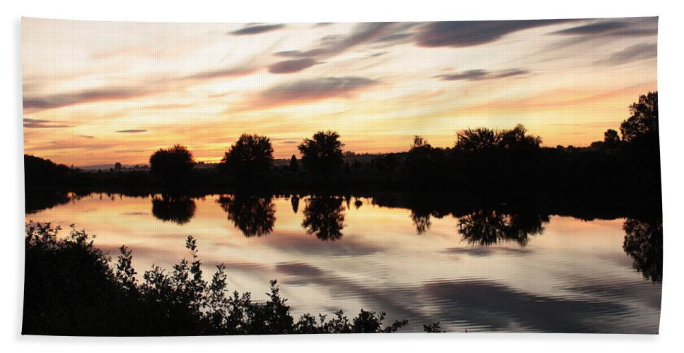 Prosser Bath Towel featuring the photograph Prosser Sunset With Riverbank Silhouette by Carol Groenen