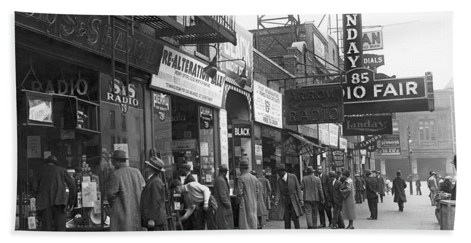 1920s Hand Towel featuring the photograph Radio Alley In New York by Underwood Archives