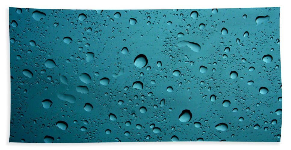 Abstract Bath Sheet featuring the photograph Raindrops by Linda Sannuti