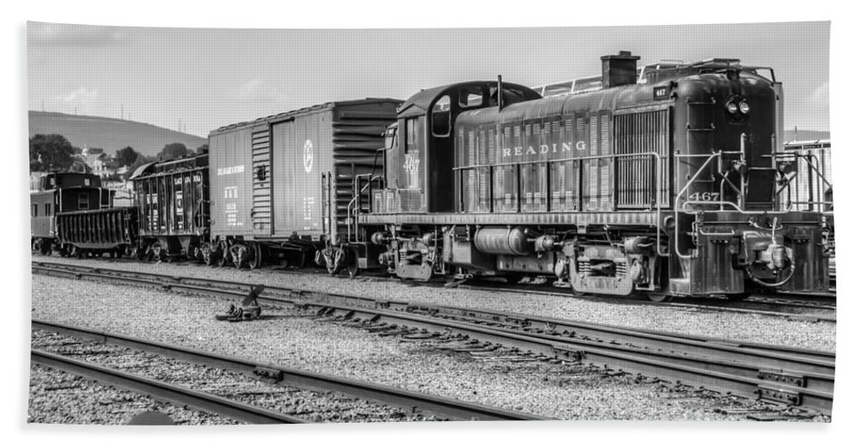 Trains Bath Sheet featuring the photograph Reading 467 Bw by Anthony Sacco