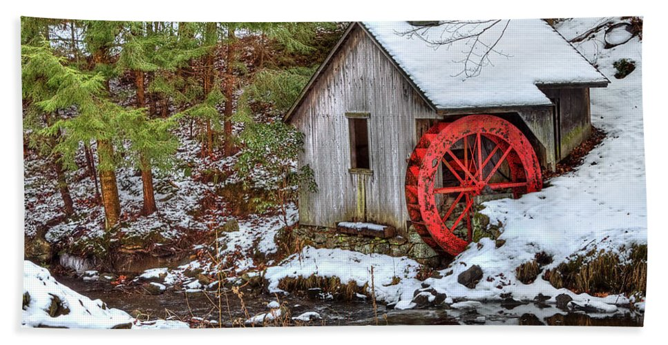 Cold Hand Towel featuring the photograph Red Wheel by Evelina Kremsdorf