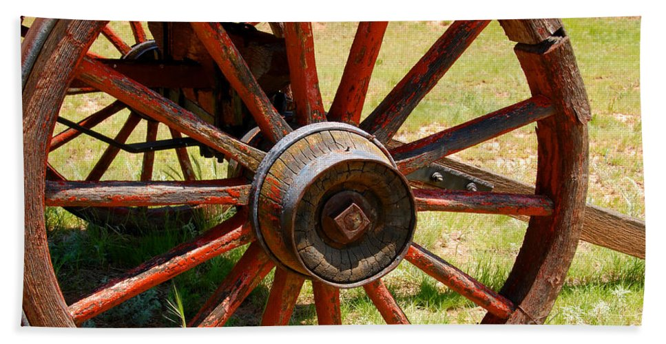 Wagon Bath Towel featuring the photograph Red Wheels by David Lee Thompson