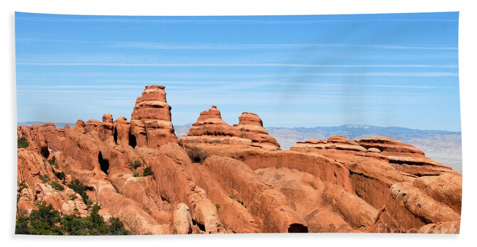 Utah Bath Towel featuring the photograph Rocksky by David Lee Thompson
