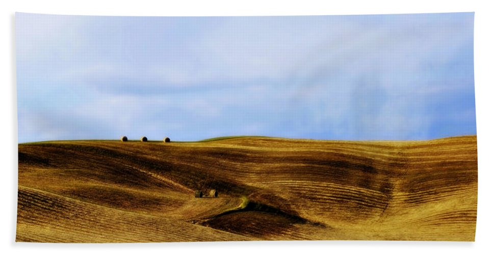 Italy Bath Towel featuring the photograph Rolling Hills Of Hay by Marilyn Hunt