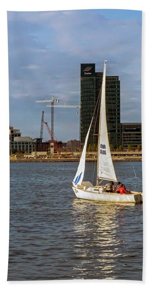 2d Hand Towel featuring the photograph Sailing Downtown by Brian Wallace