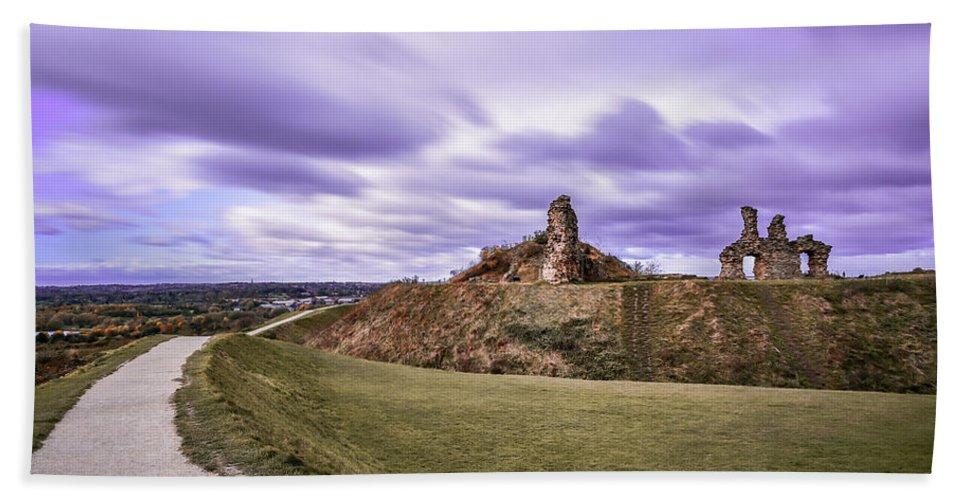 Landscaspe Castle Riuns Wakefield England Sandal Hand Towel featuring the photograph Sandal Castle by Robert Chlopas