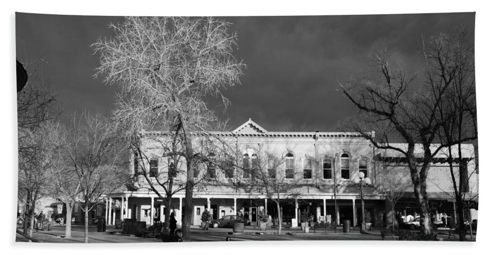 Santa Fe Bath Towel featuring the photograph Santa Fe Town Square by Rob Hans