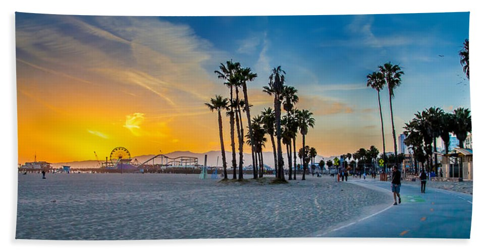 Santa Monica Sunset Bath Towel featuring the photograph Santa Monica Sunset by Az Jackson