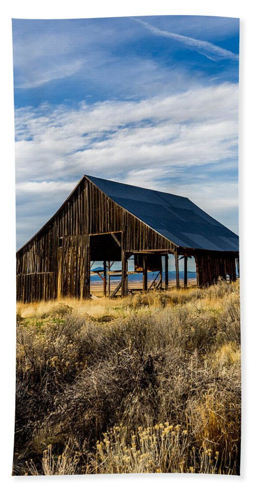 Oregon Hand Towel featuring the photograph Scenic Barn by Michael Parks