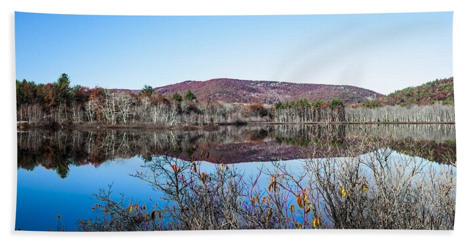 Autumn Hand Towel featuring the photograph Scenic Lake On The Kancamangus by Debra Forand