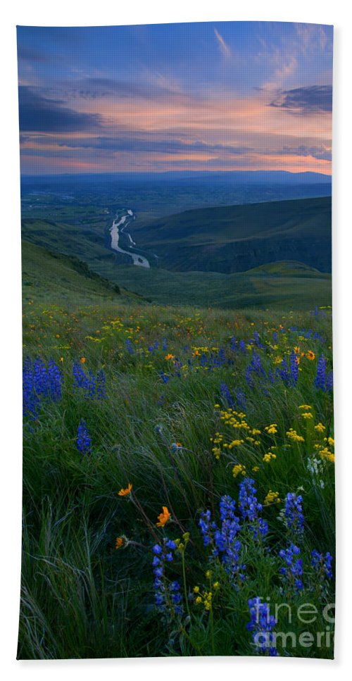 Wildflowers Bath Sheet featuring the photograph Selah Sunset by Mike Dawson