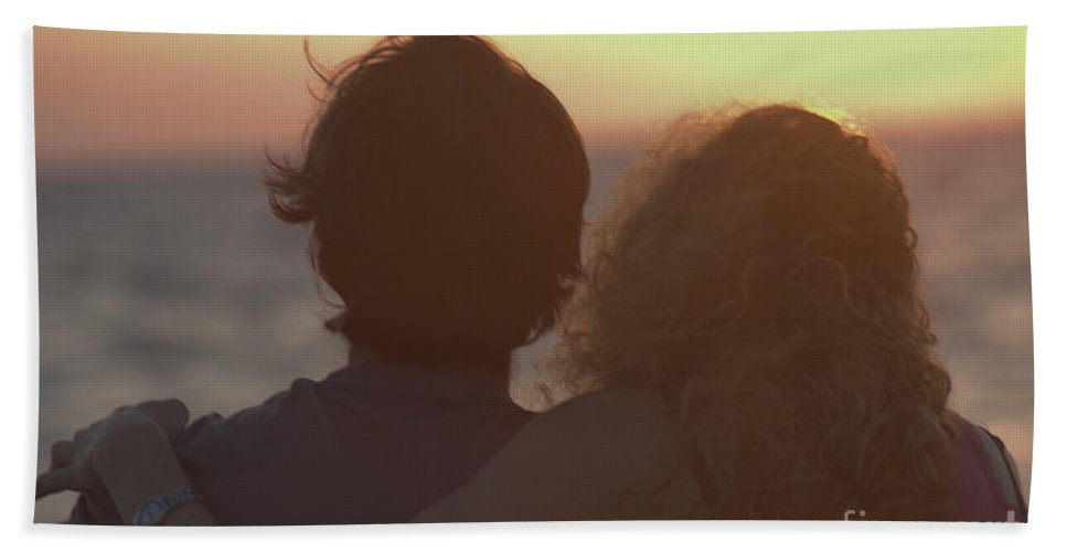 Silhouette Bath Towel featuring the photograph Silhouette Of A Romantic Couple by Ilan Rosen
