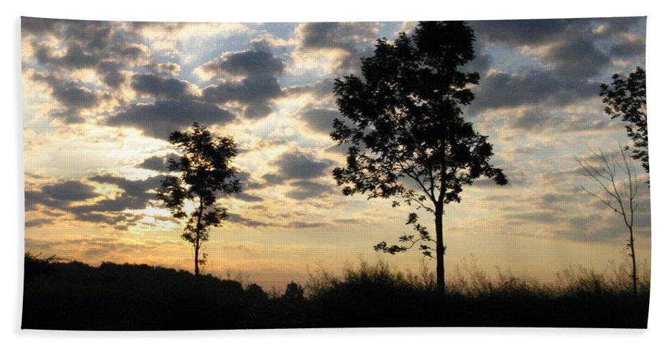 Landscape Bath Towel featuring the photograph Silhouette by Rhonda Barrett