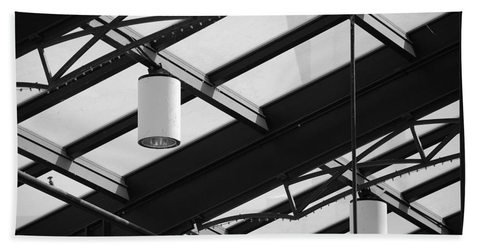 Black And White Bath Towel featuring the photograph Sky Lights by Rob Hans