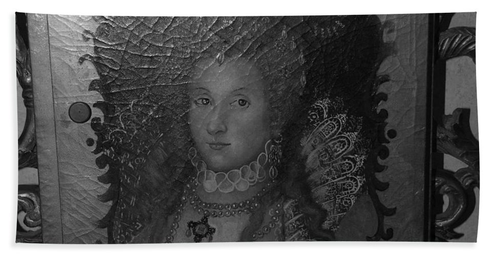 Queen Bath Towel featuring the photograph Some Old Queen by Rob Hans