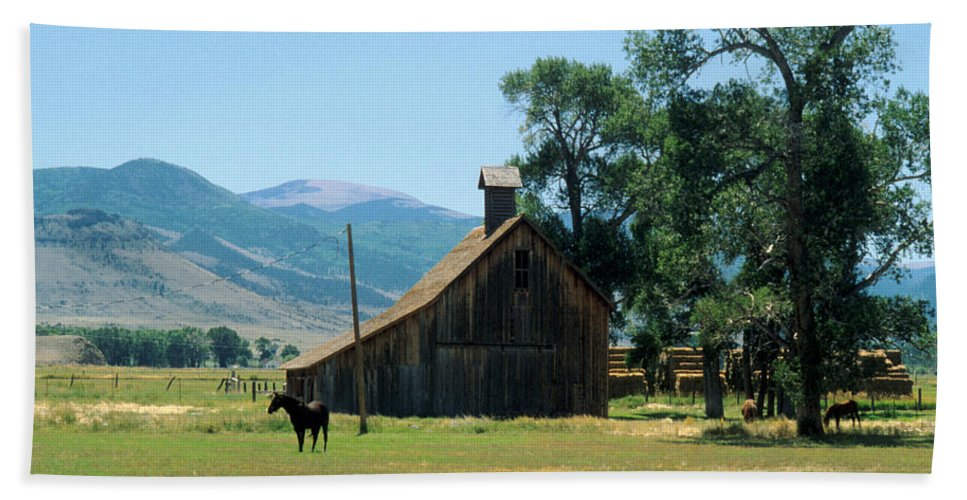 Barn Hand Towel featuring the photograph Southfork Barn by Jerry McElroy