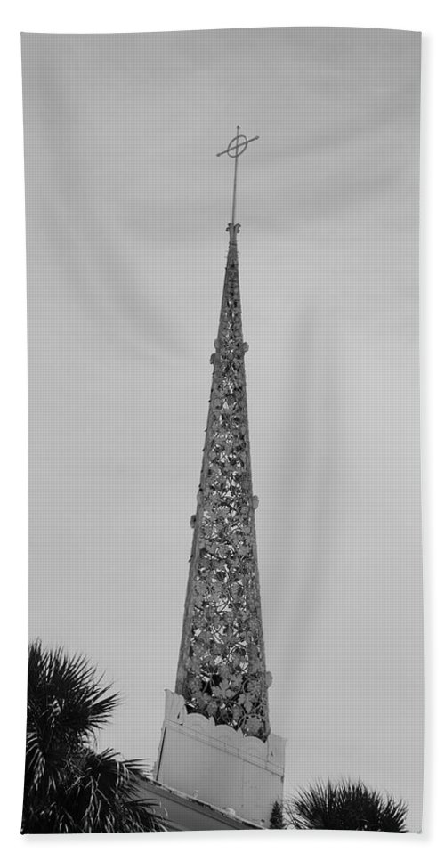 Black And White Bath Towel featuring the photograph Steeple Cross In Black And White by Rob Hans