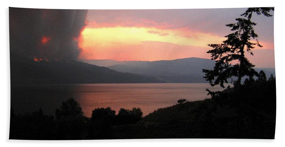 Forest Fire Bath Sheet featuring the photograph Terrace Mountain Fire 4 by Will Borden