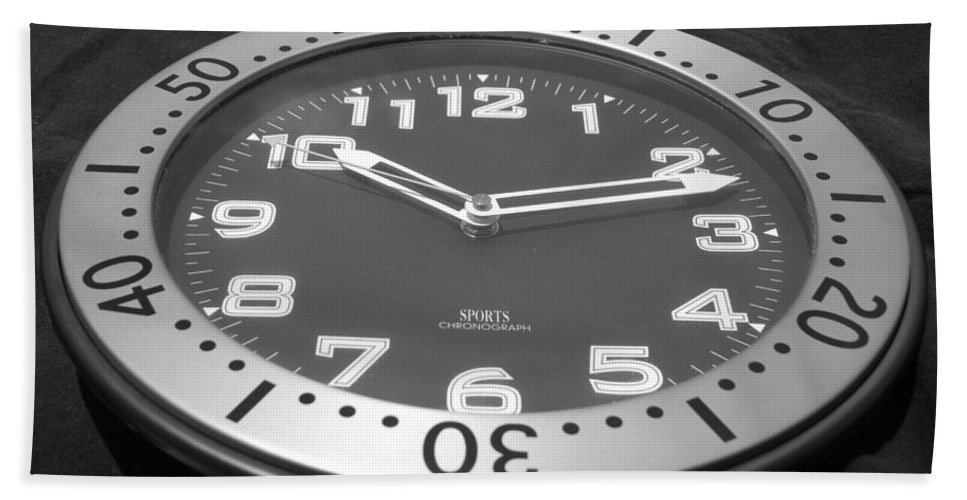 Black And White Bath Towel featuring the photograph The Clock by Rob Hans