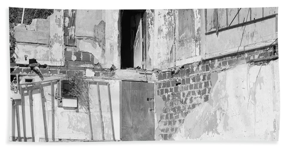 Architecture Hand Towel featuring the photograph The Doorway To Darkness by Rob Hans