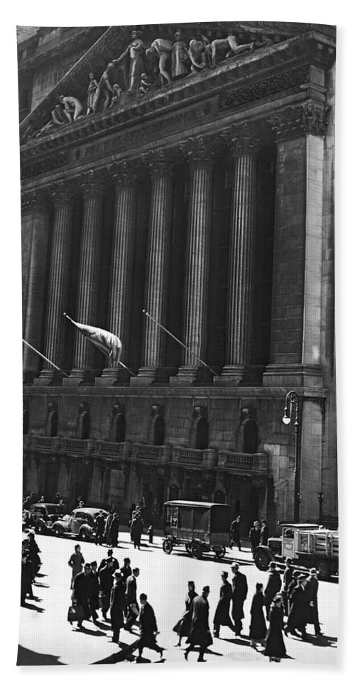 1920s Hand Towel featuring the photograph The New York Stock Exchange by Underwood Archives