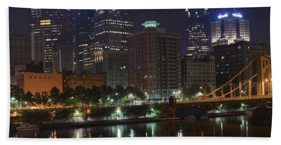 Pittsburgh Bath Sheet featuring the photograph Towering Over The River by Frozen in Time Fine Art Photography