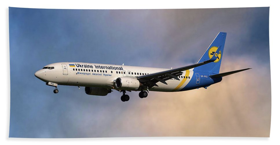 Ukraine International Airlines Hand Towel featuring the photograph Ukraine International Airlines Boeing 737-8eh by Smart Aviation