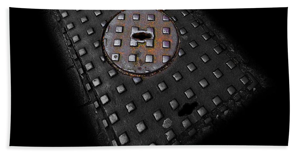 Urban Hand Towel featuring the photograph Urban Voice by Charles Stuart