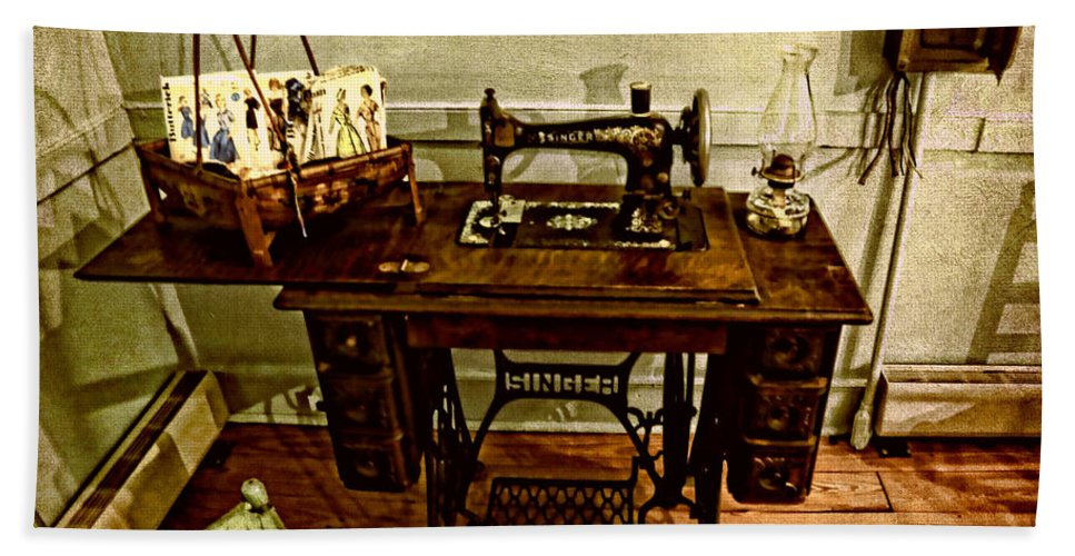 Aged Hand Towel featuring the photograph Vintage Singer Sewing Machine by Judy Vincent