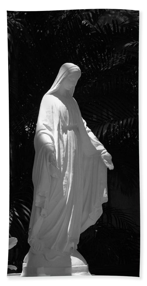 Black And White Bath Towel featuring the photograph Virgin Mary In Black And White by Rob Hans