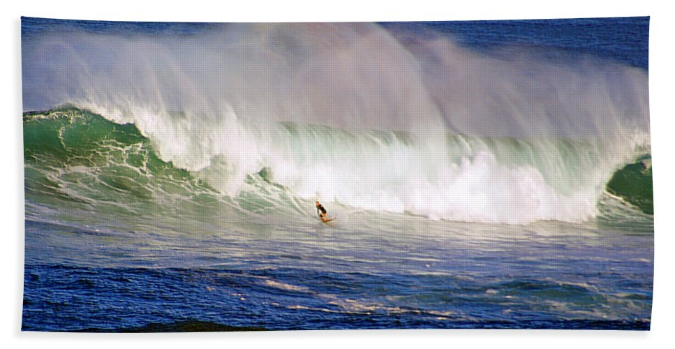 Contest Bath Sheet featuring the photograph Waimea Bay Wave by Kevin Smith